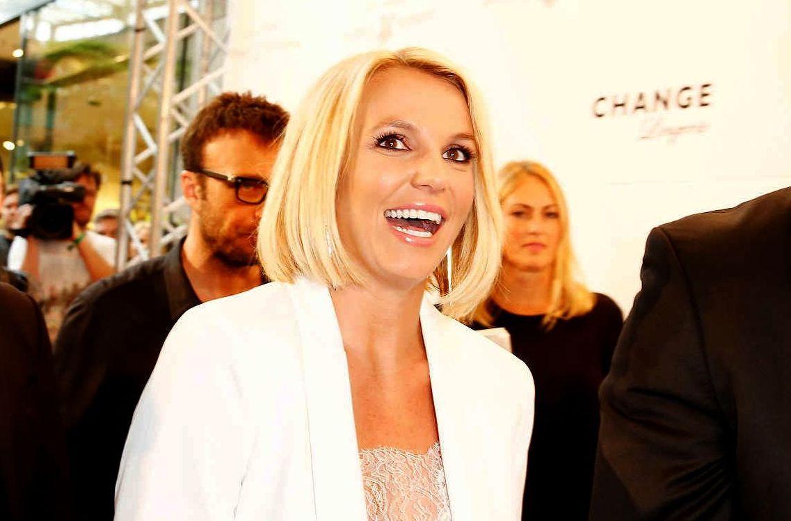 Бритни Спирс похвасталась новой короткой стрижкой