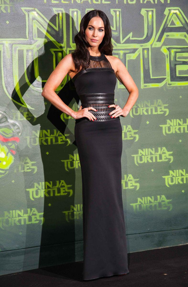 Меган Фокс покоряет стройными формами в стильном платье