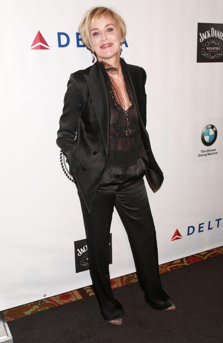 Шэрон Стоун вышла в свет в прозрачной блузе