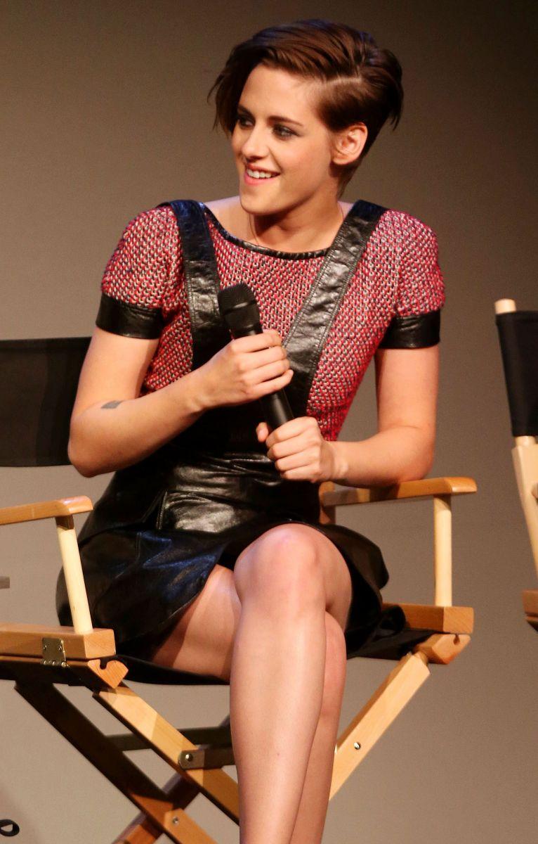 Кристен Стюарт вышла в свет в оригинальном наряде от Chanel