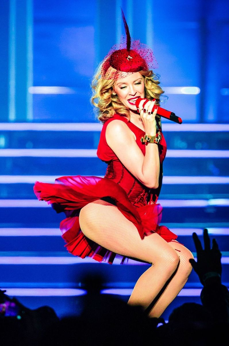 Кайли Миноуг соблазняет в красном мини-платье