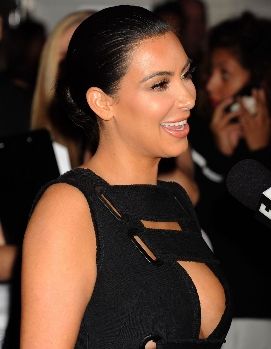 Ким Кардашьян соблазняет пышной грудью