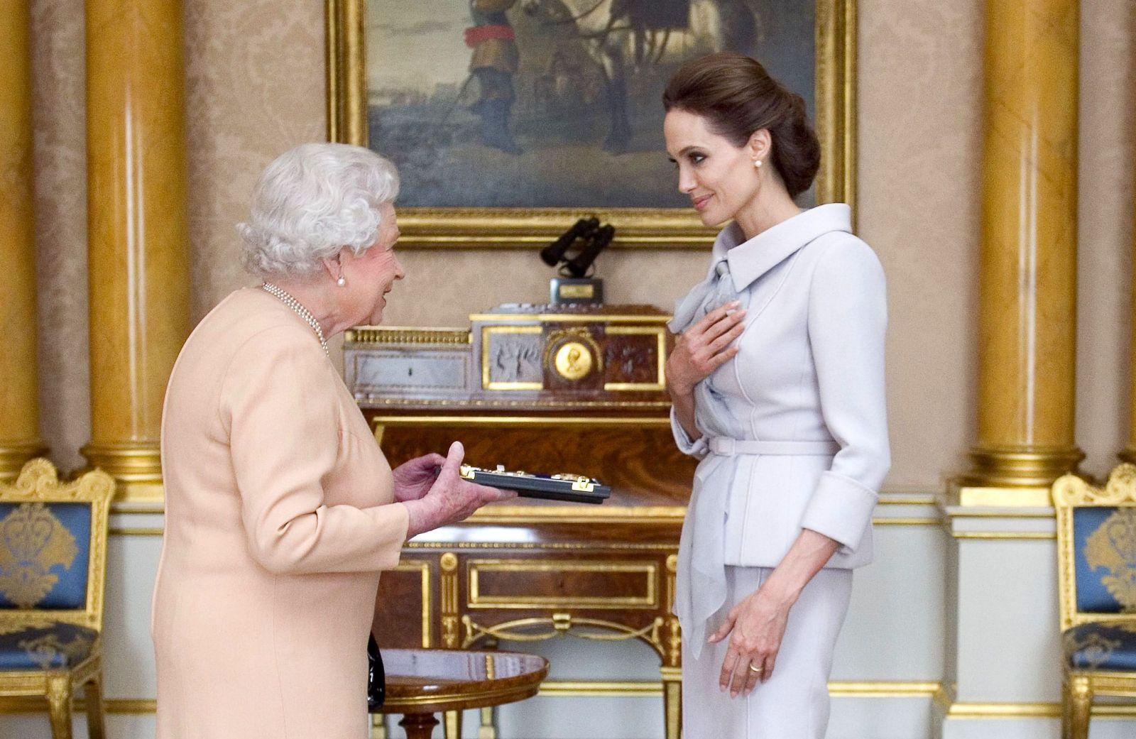 Роскошная Анджелина Джоли получила королевский титул