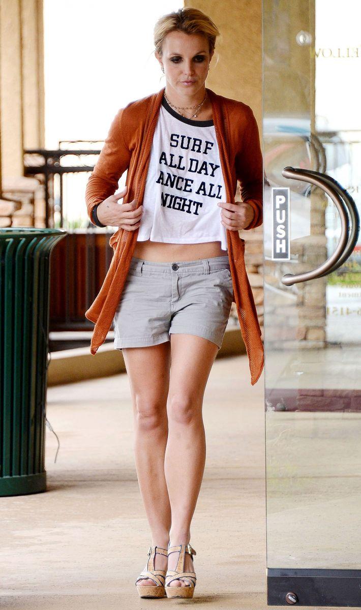 Бритни Спирс продолжает хвастаться стройными формами