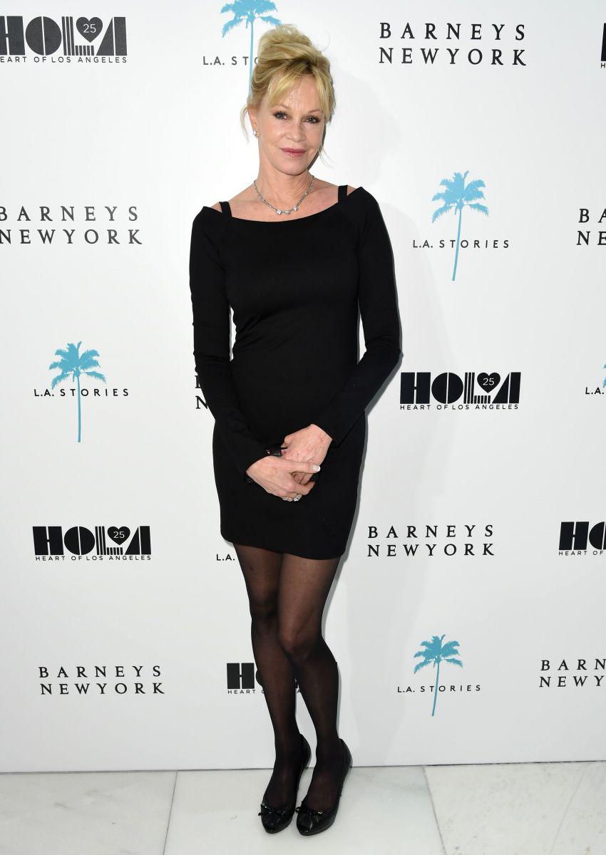 Мелани Гриффит вышла в свет в маленьком черном мини-платье Ким Кардашьян в Красном Платье