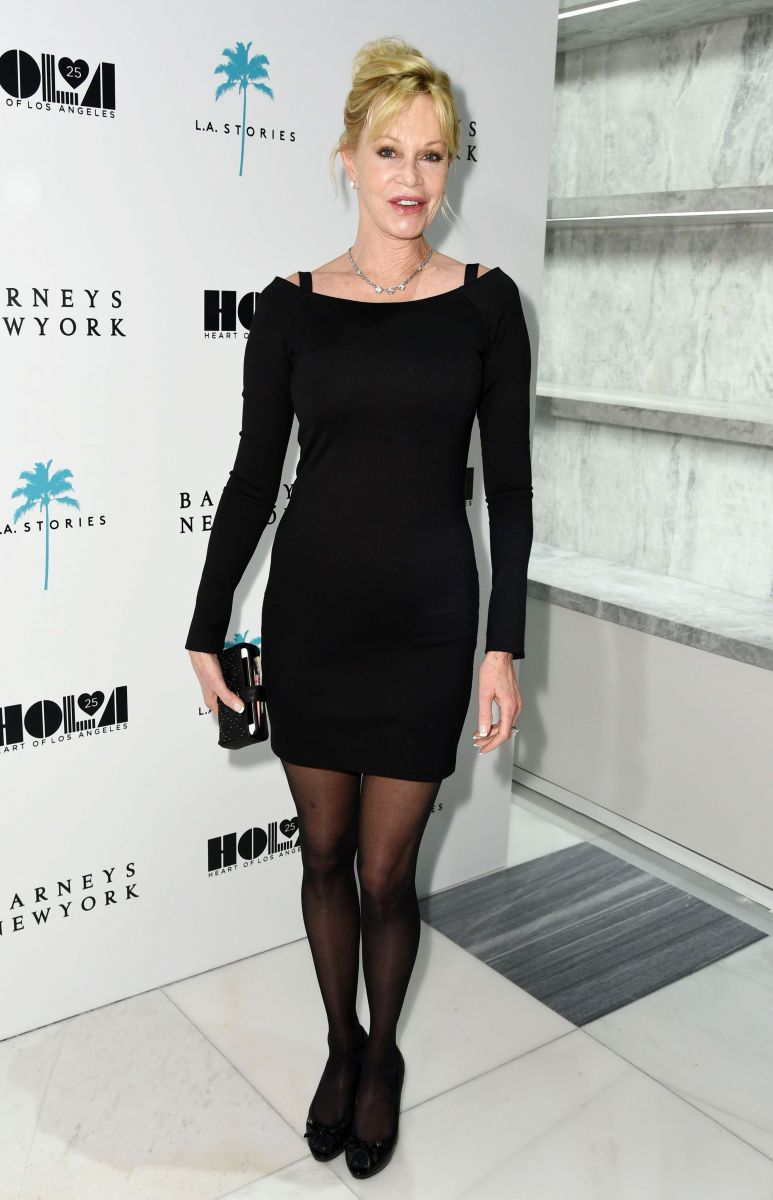 Мелани Гриффит вышла в свет в маленьком черном мини-платье