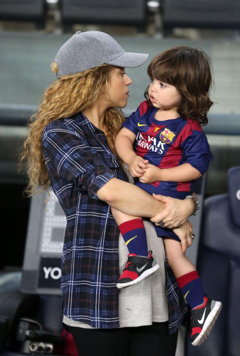 Шакира показала беременный животик и подросшего сына