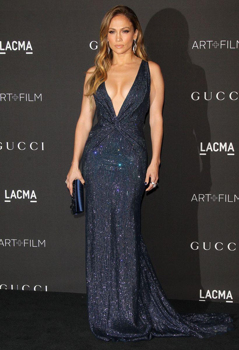 Дженнифер Лопес соблазняет в платье с ультра-откровенным декольте