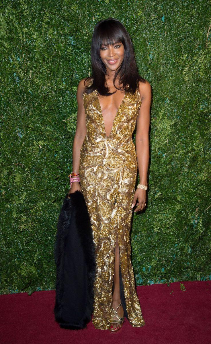 Наоми Кэмпбелл вышла в свет в откровенном платье