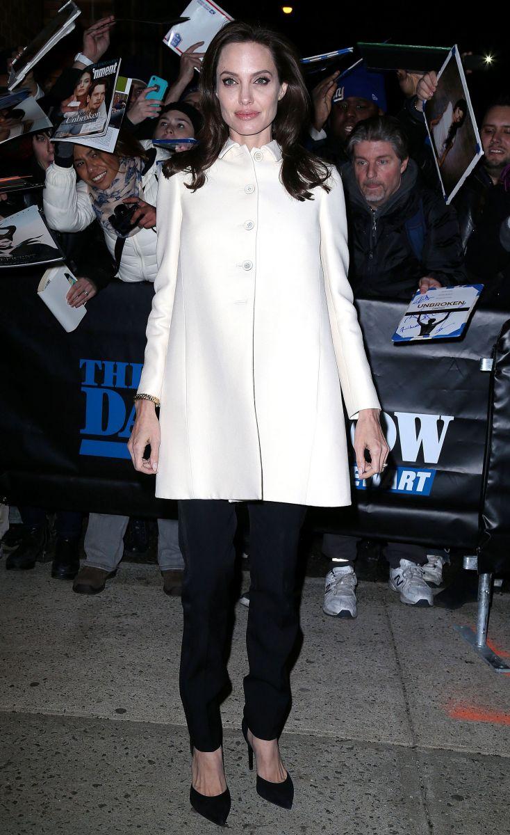 Анджелина Джоли встала на колени, чтобы сделать селфи с поклонницей