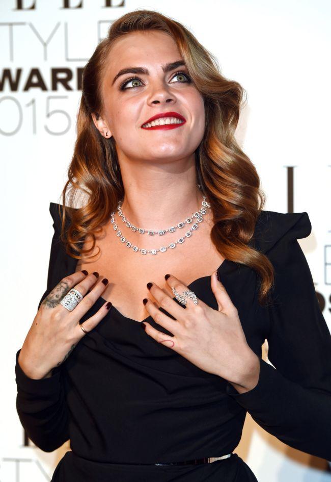 Лучшее декольте вечера: Кара Делевинь показала соблазнительную грудь