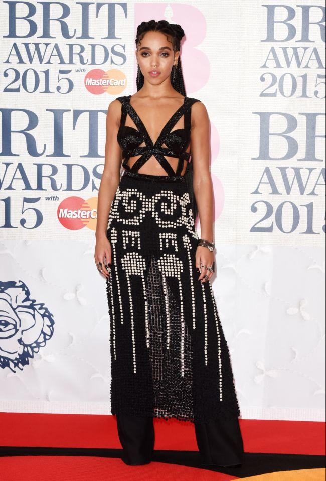 Возлюбленная Роберта Паттинсона обескуражила откровенным нарядом на BRIT Awards