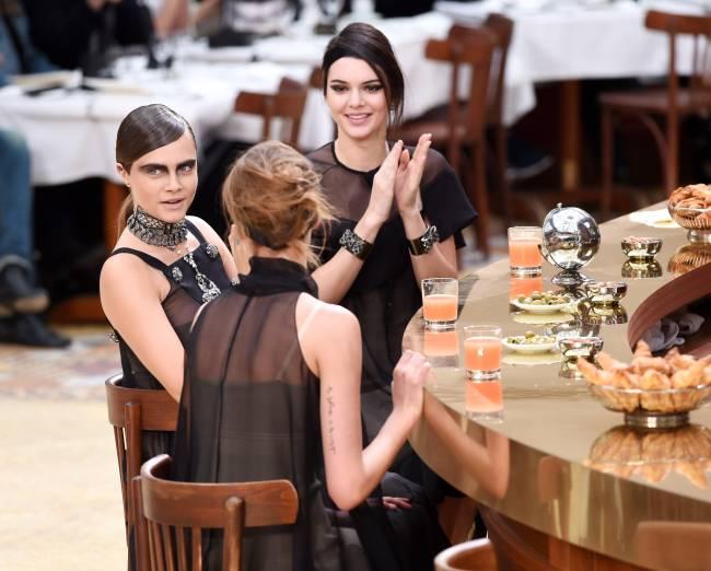 Кара Делевинь шокировала своим модным образом на показе Chanel
