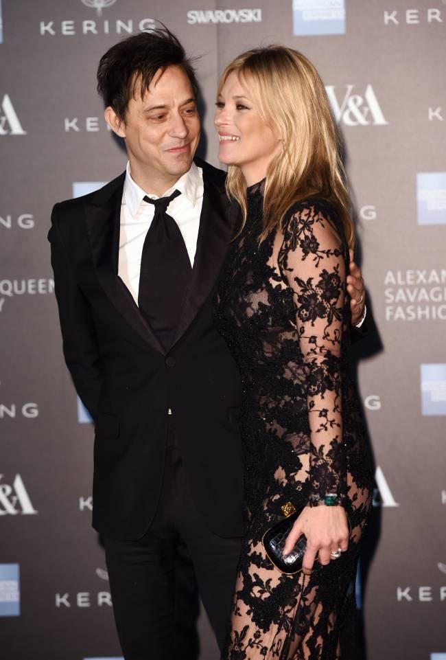 Супруг Кейт Мосс организует выставку фотографий жены в обнаженном виде