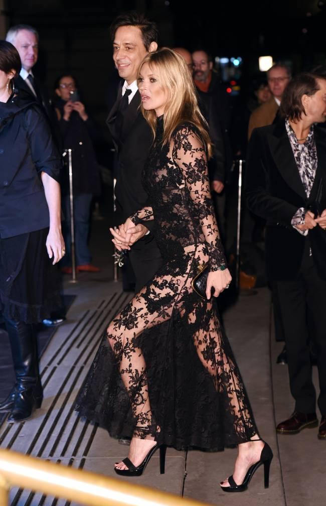 Откровенная красота: Кейт Мосс показала нижнее белье на публике