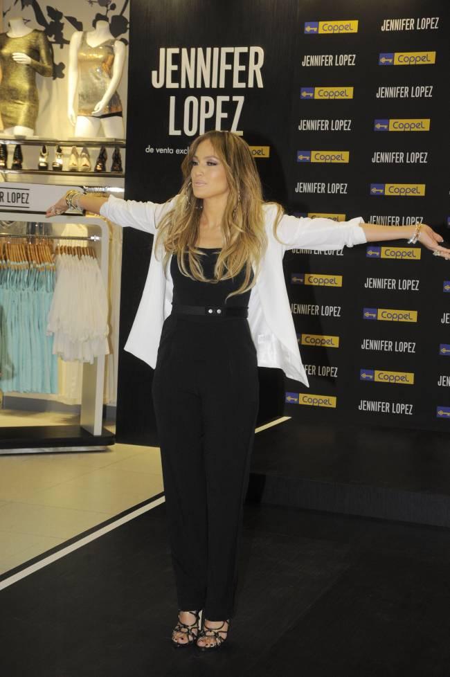 Дженнифер Лопес сразила элегантным нарядом на презентации новой коллекции