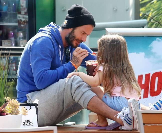 Дэвид Бекхэм возмущен негативными комментариями касательно того, что его четырехлетней дочери Харпер до сих пор дают соску.