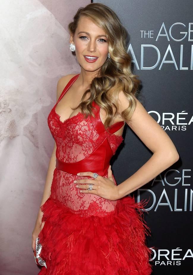 Леди в красном: соблазнительная Блейк Лайвли сияет в платье Monique Lhuillier
