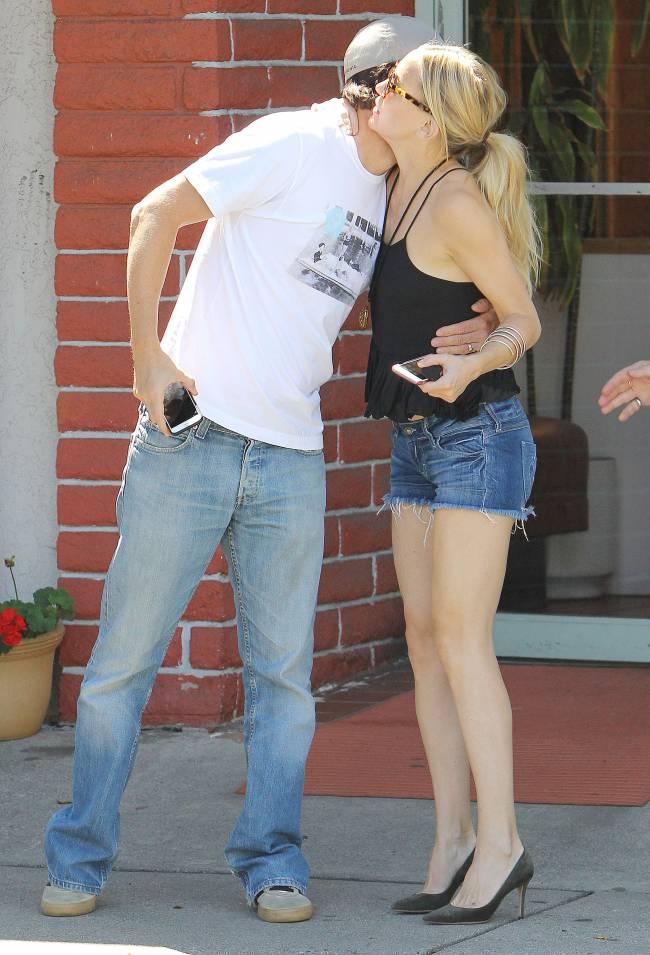 Нестареющая Кейт Хадсон показала стройные ножки в мини-шортах