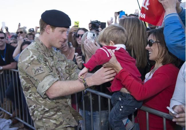 Поцелуи и любовные признания: принц Гарри встретился с поклонницами