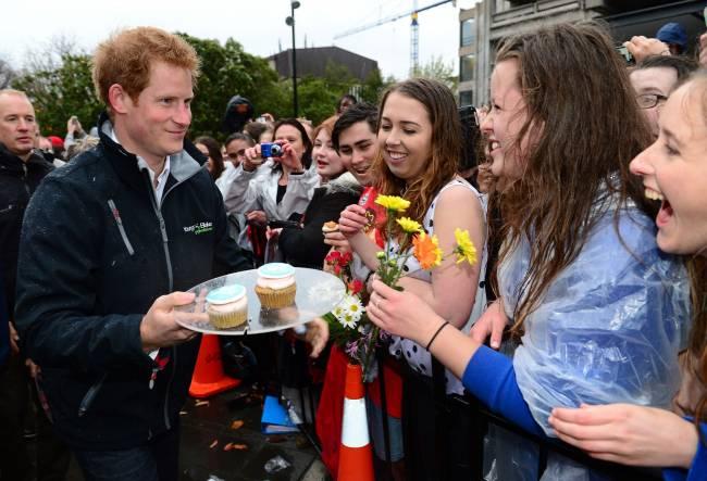Не по-королевски: принц Гарри поработал официантом и садовником в Новой Зеландии