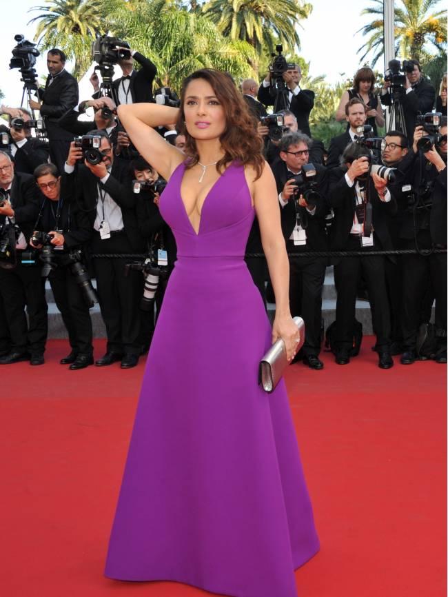 Сальма Хайек оголила роскошную грудь на красной дорожке Каннского фестиваля