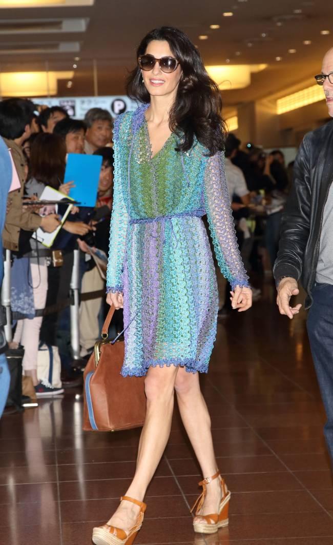 В аэропорту Токио неразлучные влюбленные все время были рядом друг с другом  и просто светились от счастья.