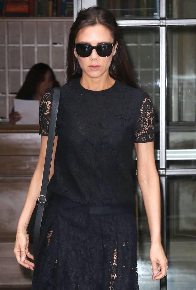 Модная скромница: Виктория Бекхэм удивила публику сдержанным нарядом