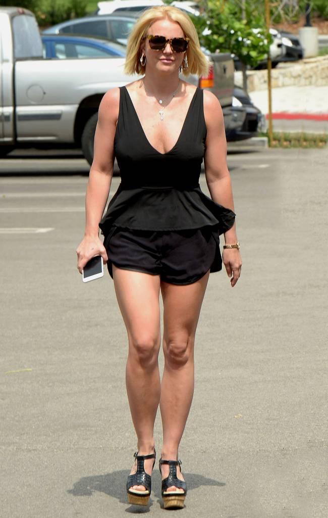 Глубокое декольте и мини-шортики: Бритни Спирс соблазняет откровенным нарядом
