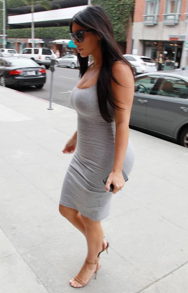 Беременная Ким Кардашьян демонстрирует пышные формы