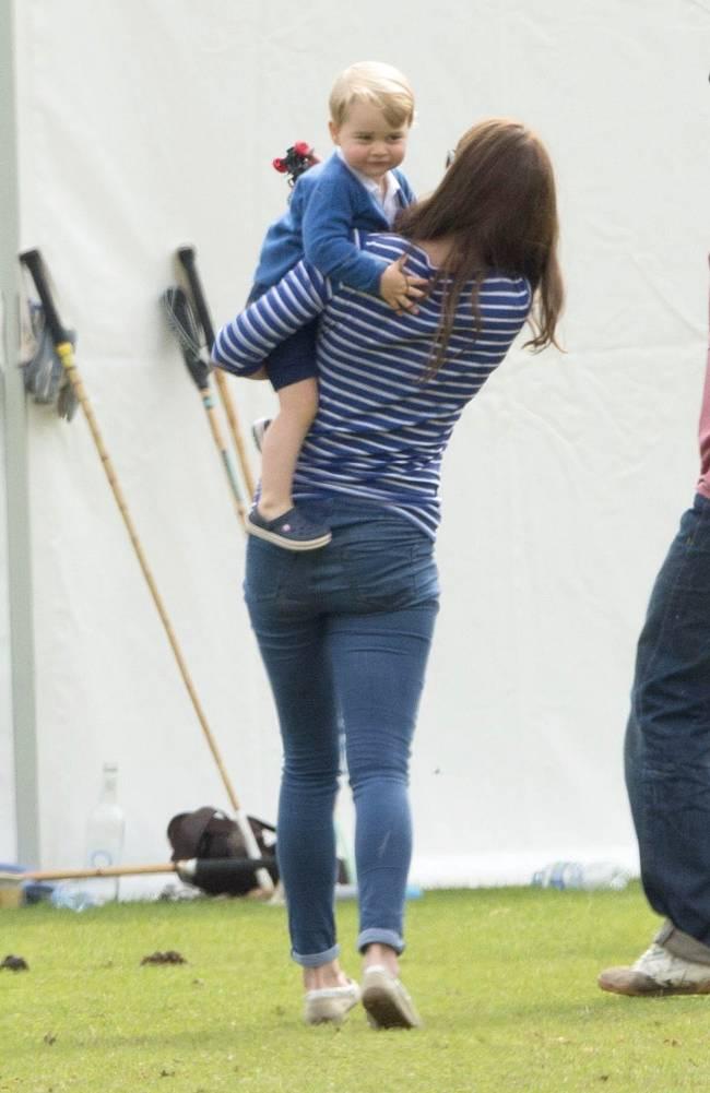 Счастье материнства: Кейт Миддлтон и принц Джордж гуляют на природе