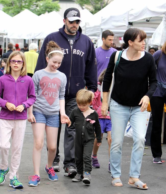 Семейство в сборе: Бен Аффлек отметил день рождения с Дженнифер Гарнер и детьми
