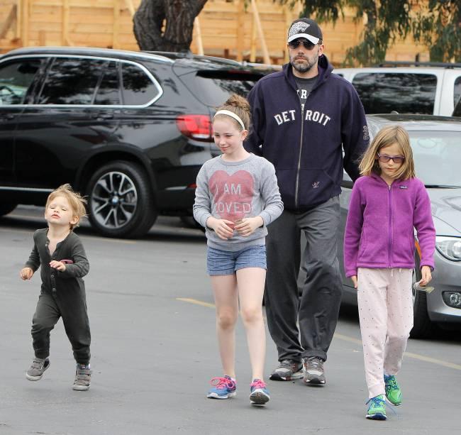 Заботливый отец: Бен Аффлек подарил детям собаку