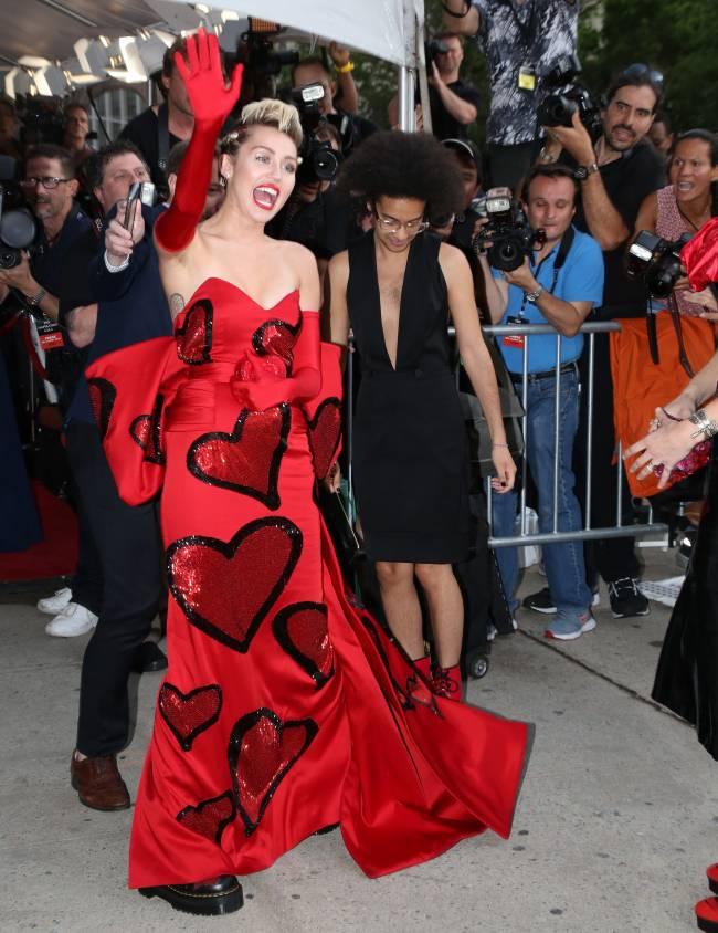 Майли Сайрус с матерью появились на публике в вызывающих нарядах
