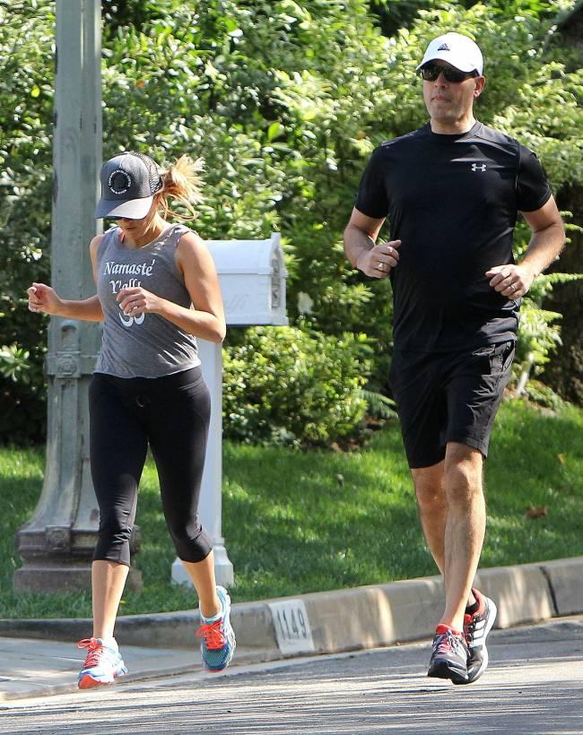 Спортивная семья: Риз Уизерспун на пробежке с мужем