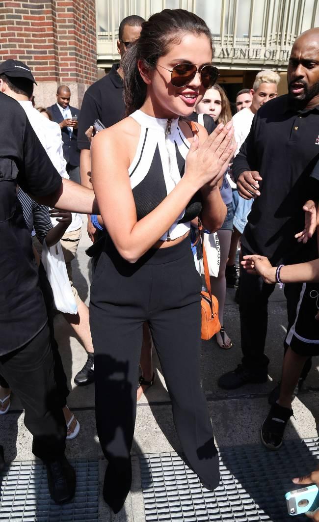 Эмоции на лицо: Селена Гомес в восторге от встречи с фанатами