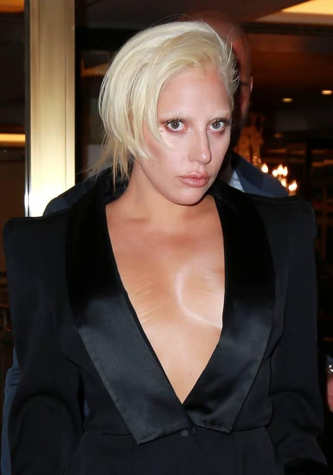 Леди Гага оголила грудь во время прогулки