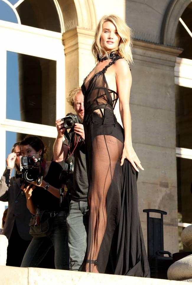 Роузи Хантингтон-Уайтли появилась на публике в прозрачном наряде Versace