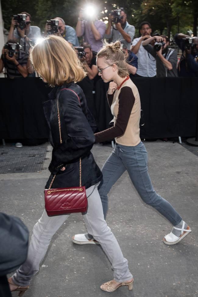 42-летняя Ванесса Паради с дочерью посетили показ Chanel