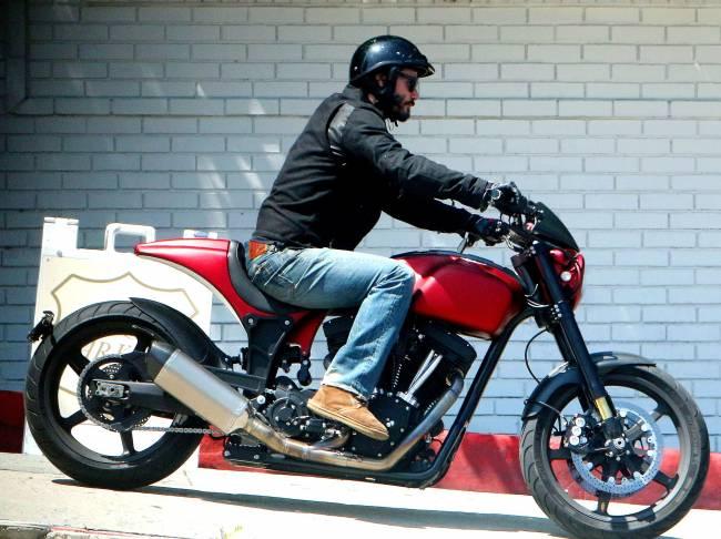 Одинокий байкер: Киану Ривз рассекает на мотоцикле по Лос-Анджелесу