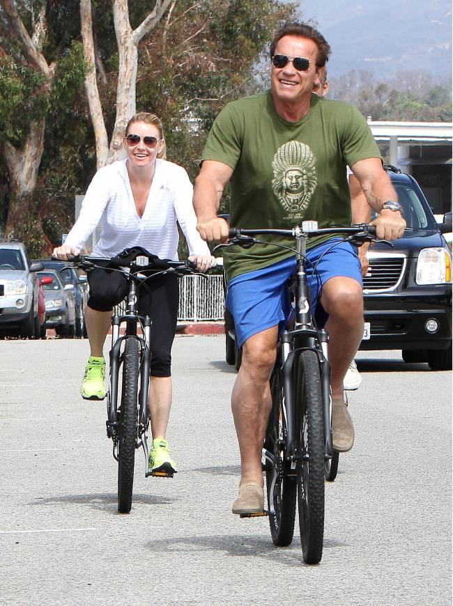 Всегда в форме: Арнольд Шварценеггер колесит на велосипеде по Лос-Анджелесу