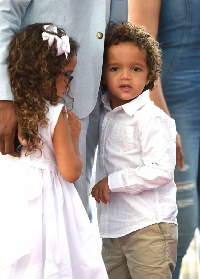 Звездная мама: Мэрайя Кэри показала подросших детей на Алее славы