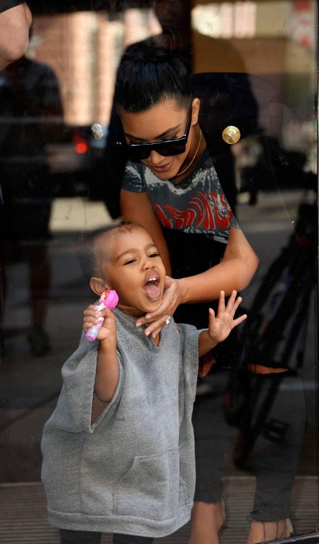 Эмоции на лицо: дочь Ким Кардашьян устроила маме настоящее шоу прямо на улице