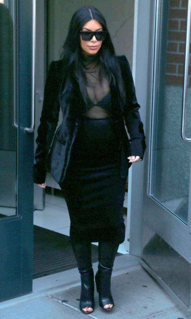 Смело: беременная Ким Кардашьян вышла в свет в прозрачном наряде