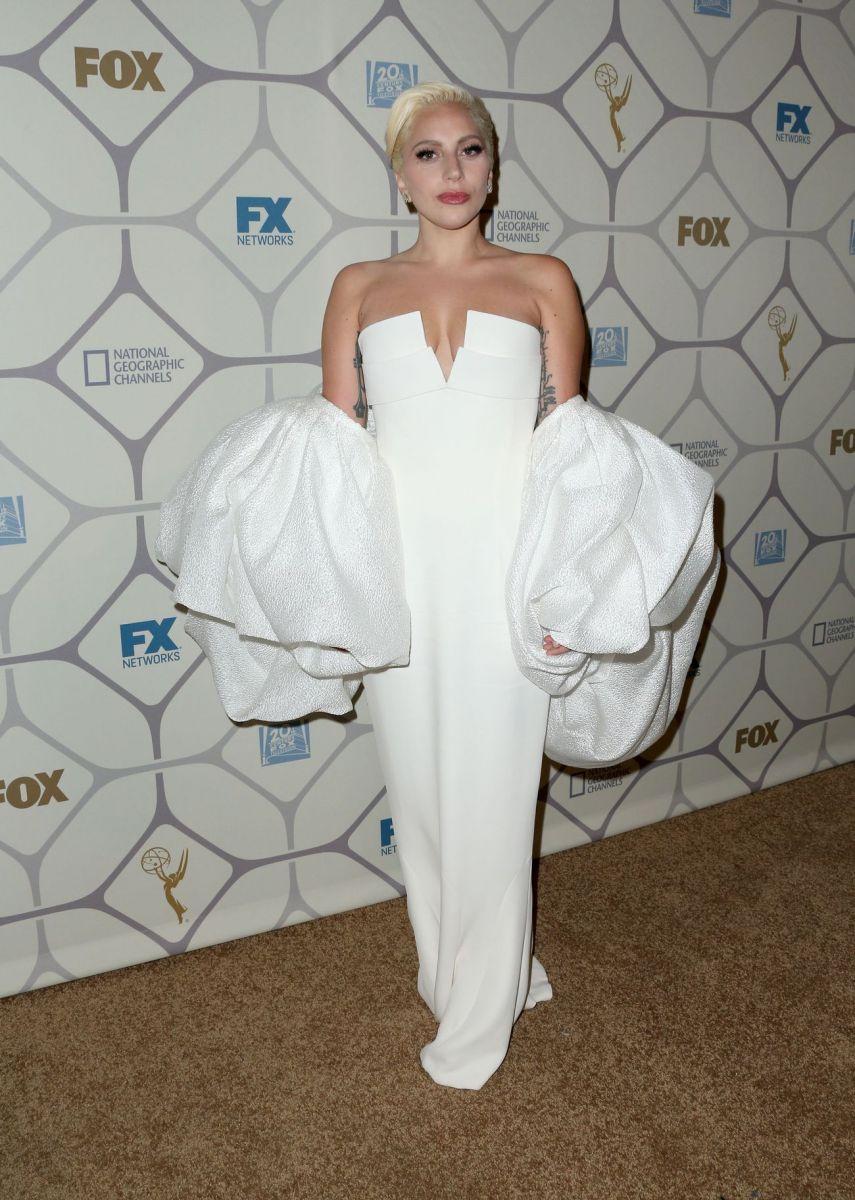 Леди Гага в белом платье
