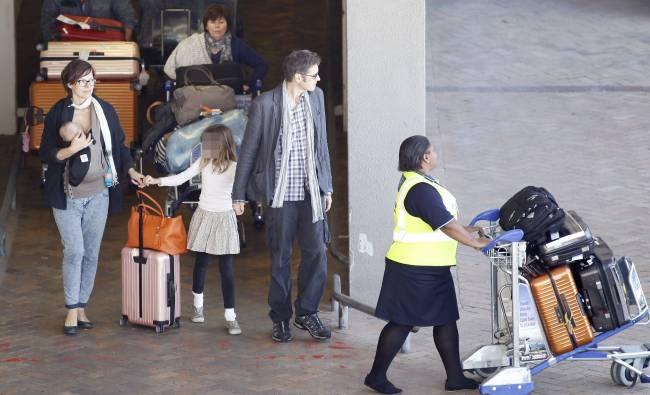 Под прицелом папарацци: Милла Йовович с детьми и мужем путешествуют вместе