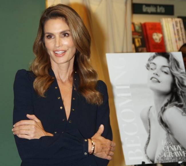 Живая легенда: роскошная Синди Кроуфорд презентовала книгу о себе