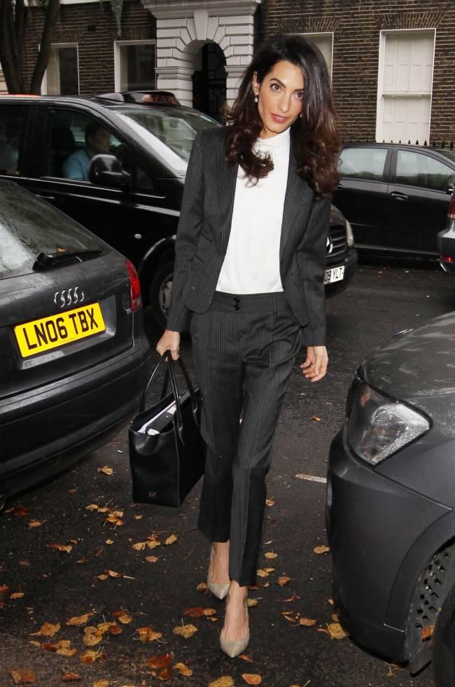 Лондонская классика: Амаль Клуни покоряет стильным брючным нарядом