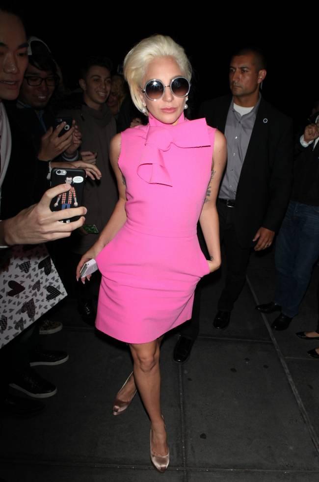 Неподражаемая Леди Гага покорила публику ярким розовым нарядом