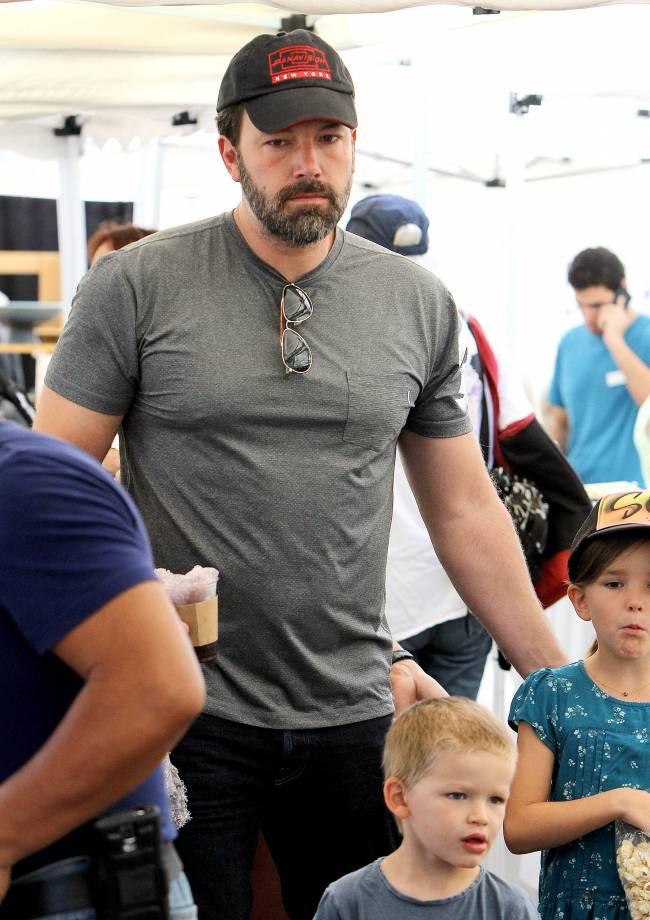 Одинокий папа: Бен Аффлек появился на прогулке с детьми без Дженнифер Гарнер